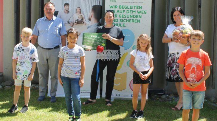 v.l.n.r.: Reg.Rat Heinrich Kattnig, Schulleiterin Daniela Reichmann-Partl, Projektleiterin Bettina Lanzer mit Kindern der VS Maria Elend.