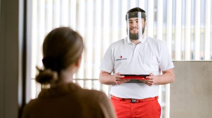 Die Studenten auf Mitglieder-Suche tragen eine Rot-Kreuz-Uniform und können sich ausweisen.