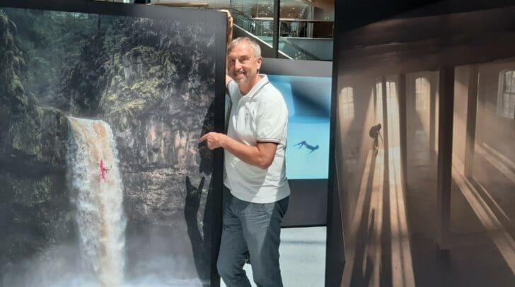 Center-Manager Richard Oswald ist stolz, dass die Red Bull Illume Ausstellung im ATRIO stattfindet.