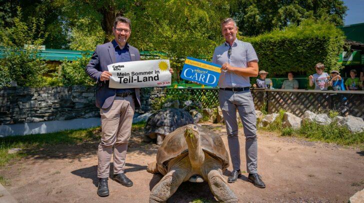 Caritasdirektor Ernst Sandriesser dankt Anton Fasching für die 250 Kärnten Card-Sommer-Pakete, die hilfesuchenden Menschen zugutekommen.
