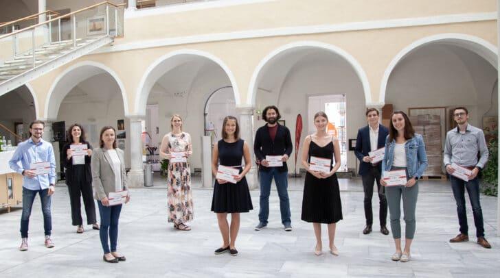 Zehn Studierende an der FH Kärnten freuen sich über die Anerkennung ihrer Top-Studienleistungen.