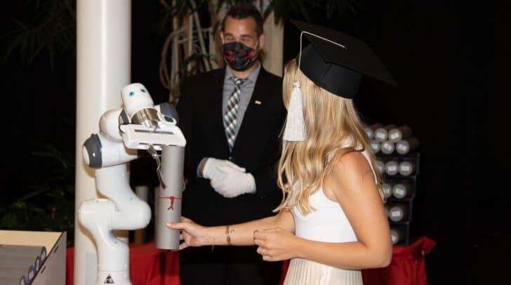 Die Urkunden wurden von einem Roboterarm übergeben.