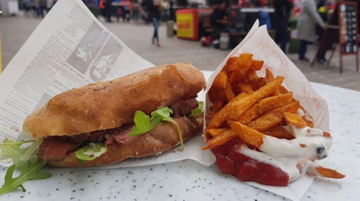 Probiert die verschiedensten Speisen am Street Food Market.