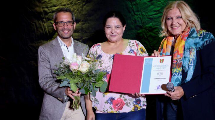Stadtrat Mag. Franz Petritz mit Carmen Kassekert und Bürgermeisterin Dr. Maria-Luise Mathiaschitz bei der gestrigen 10 Jahres Feier des Poetry Slam in Klagenfurt.