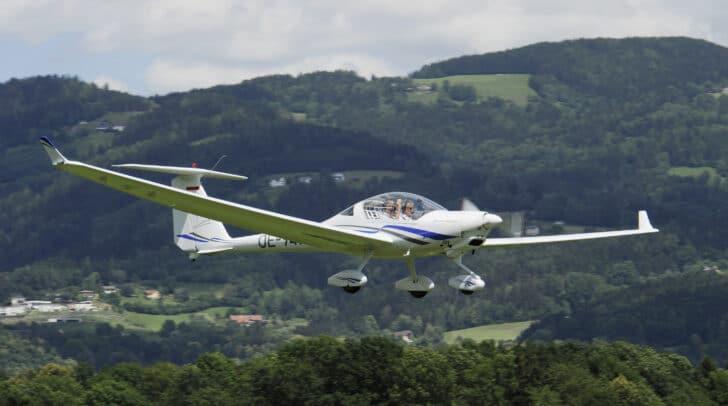 Pilot Gerhard Kucher fliegt durch die Lüfte.