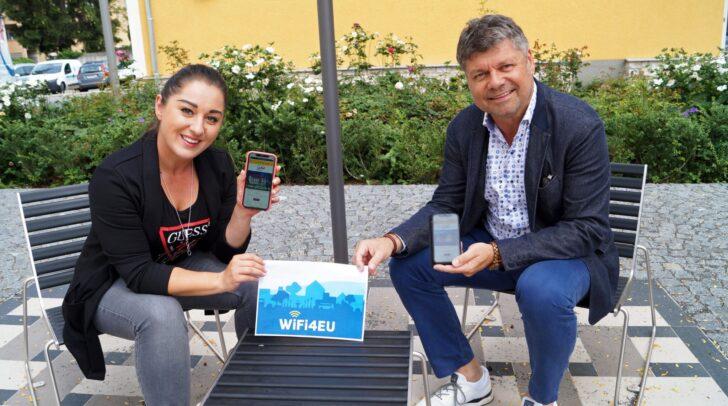 Daniela Richtig (links) vom Spittaler Stadtmarketing und Bürgermeister Gerhard Pirih nutzen das Gratis-WLAN bereits.