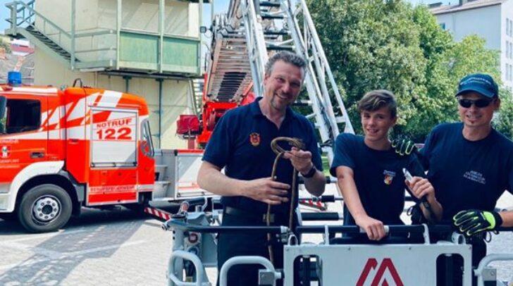 Leon mit den Kameraden der BF Klagenfurt beim Testen der Drehleiter.