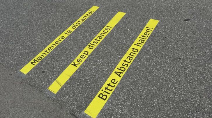 Diese Klebestreifen in nur drei Sprachen waren bis vor Kurzem im Stadtgebiet von Villach zu finden. Nun wurde adaptiert.