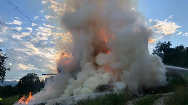 Einsatzkräfte von sieben Feuerwehren versuchen seit etwa 19 Uhr den Brand eines Wirtschaftsgebäudes zu bekämpfen.