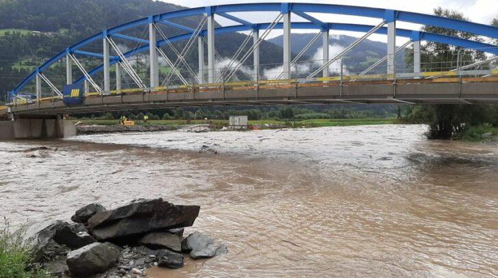 Auch bei der neuen Gailbrücke bei Reisach steigt der Wasserpegel immer weiter an.