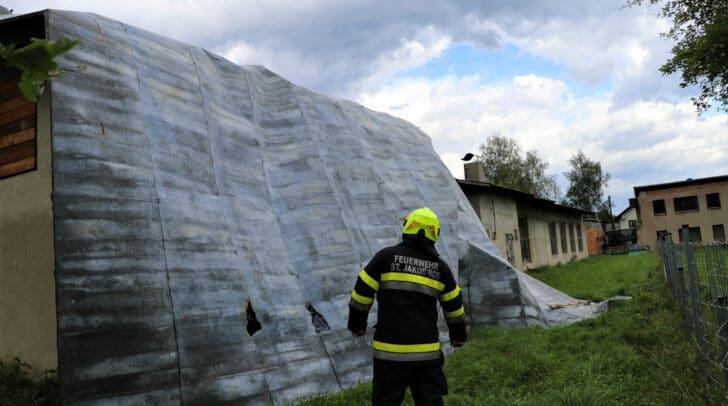 Das Blechdach wurde durch die starken Sturmböen von der Dachkonstruktion gerissen.