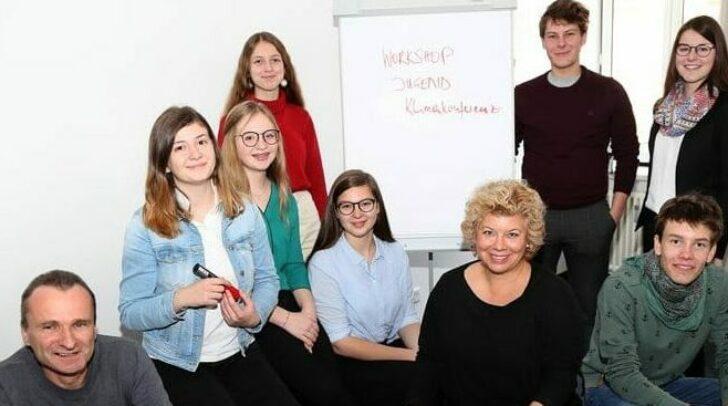 Nachhaltigkeitsreferentin Vizebürgermeisterin Irene Hochstetter Lackner, hier mit Jugendlichen bei der Jugend-Klimakonferenz im Vorjahr, lobt heuer den Jugend-Klimaschutz-Preis aus.