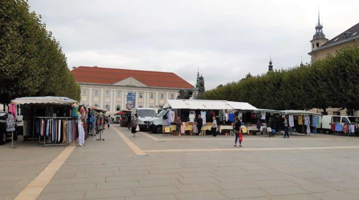 Am Monatsmarkt am Neuer Platz findest du ein bunt gemischtes Warenangebot.