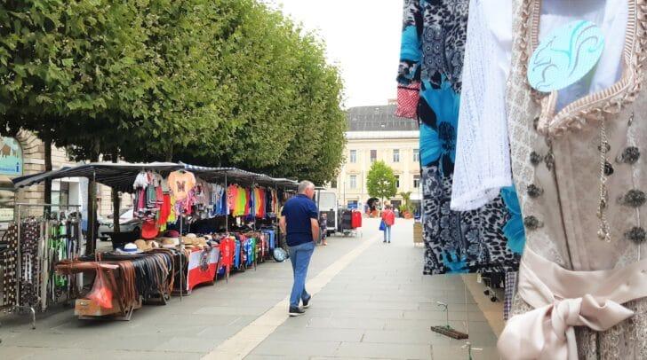 Am Monatsmarkt am Neuer Platz findest du Kleidung und andere markttypische Waren.