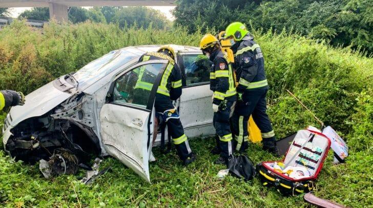 Eine Fahrzeuglenkerin kam aus derzeit noch unbekannter Ursache von der Fahrbahn ab.