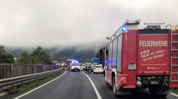 Mehrere Personen wurden, ersten Informationen zufolge, beim Verkehrsunfall verletzt.