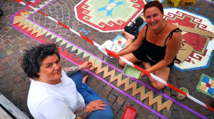 Die Künstlerin Petra Sousan (re.) mit ihrer Assistentin Anouk Ver Booth (li.) beim Malen des Teppichs.