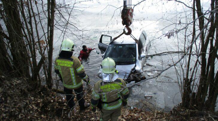 Die Berufsfeuerwehr Klagenfurt im Einsatz bei einer Autobergung.