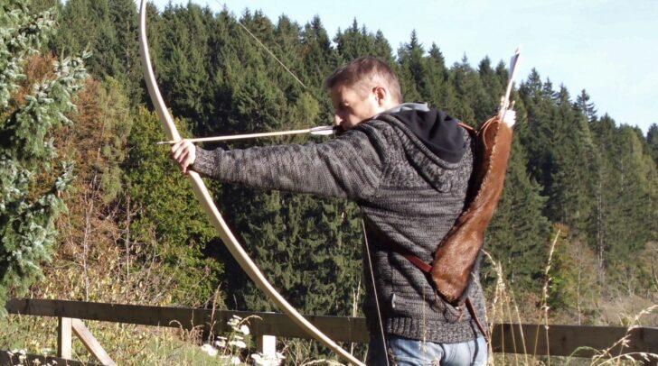 Nach dem Wochenende feuern die Teilnehmenden mit dem eigenen Bogen einen Pfeil ab.