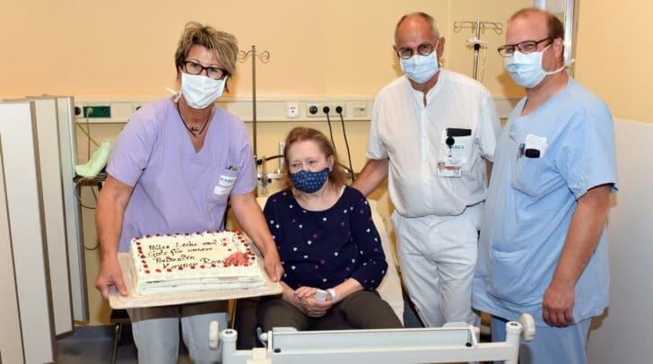 Am Foto: DGKP Margit Plahsnig (Schmerzambulanz), Rosa Karner, Prim. Univ.-Prof. Dr. Rudolf Likar (Leiter Schmerzambulanz) und  Dr. Jakob Kraschl (Neurochirurgie), v.l.