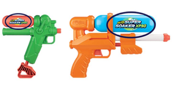 Der Super Soaker XP 20 ist ein Wasserblaster in Grün und Orange und der XP 30 ein Wasserblaster in Orange und Blau.