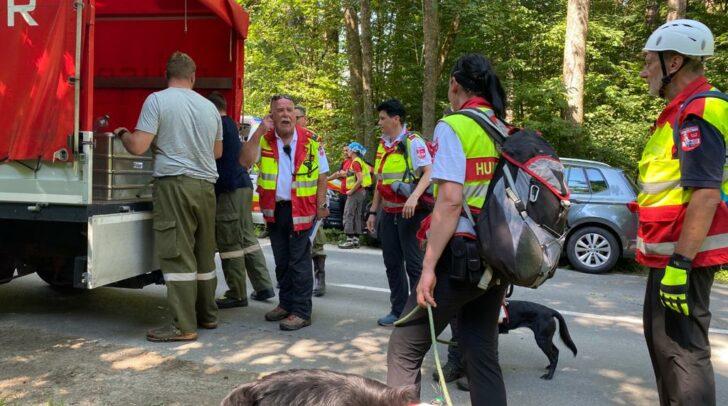 Zusammen mit den Einsatzkräften der Polizei und der örtlichen Feuerwehren suchen die Mitglieder der Samariterbund Rettungshundestaffel nach der abgängigen Person.
