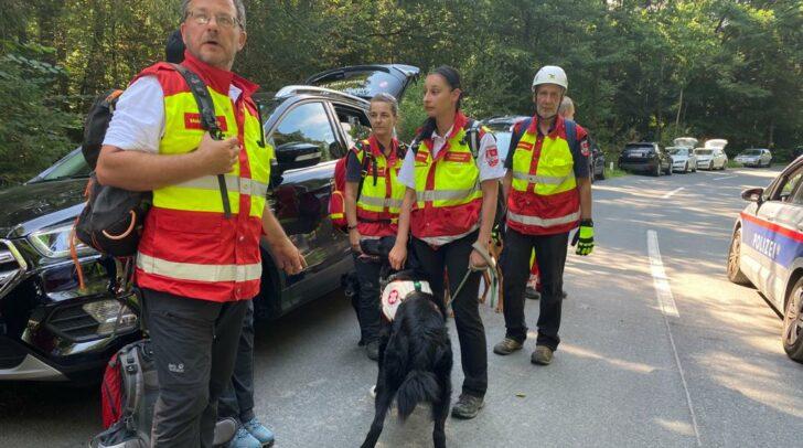 Das Gebiet um die Hallegger Teiche in Klagenfurt wird mithilfe der Rettungshundestaffel des Samariterbundes Kärnten abgesucht.