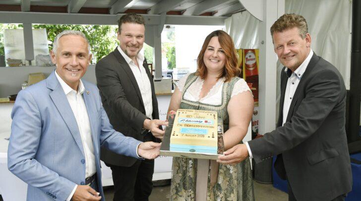 Vizebürgermeister Jürgen Pfeiler gratuliert mit Vzbgm. Wolfgang Germ, Stadtrat Christian Scheider und Torte Chefin Christina Arl.
