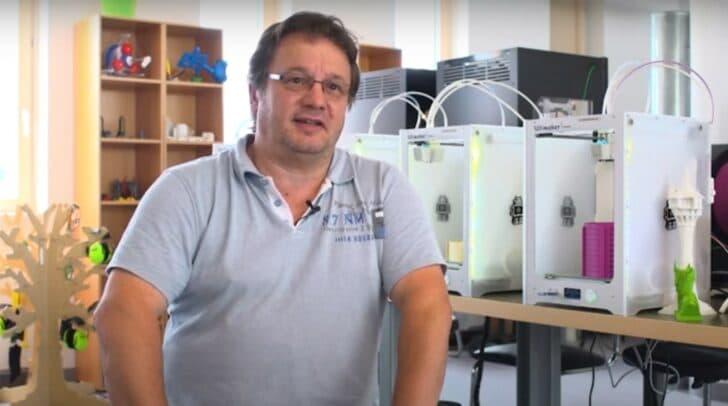 Gerald Zebedin von Smart Lab FH Kärnten erklärt den Einsatz von 3D-Druckern zur Herstellung von Schutzmasken.