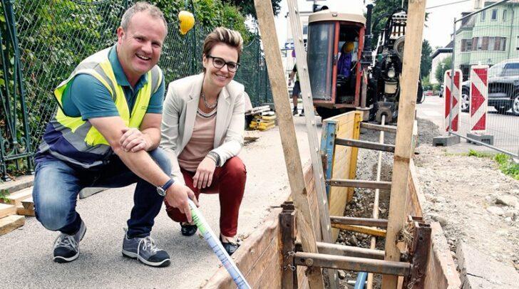 Stadträtin Katharina Spanring lässt sich von Wasserwerksmitarbeiter Arthur Lippitsch zeigen, wie das moderne Verfahren zur Verlegung von neuen Wasserleitungen funktioniert.