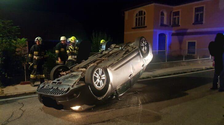 Der Lenker konnte sich selbst aus dem Fahrzeug befreien.