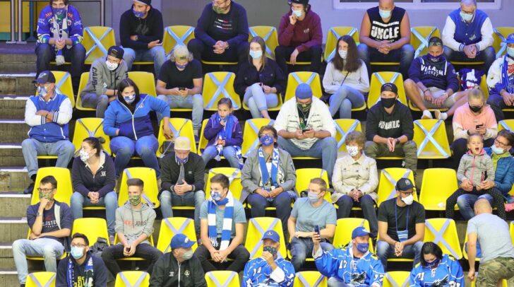 Erstmals seit Ausbruch der Pandemie fand in Österreich ein Eishockeymatch mit 1000 Zuschauern statt.