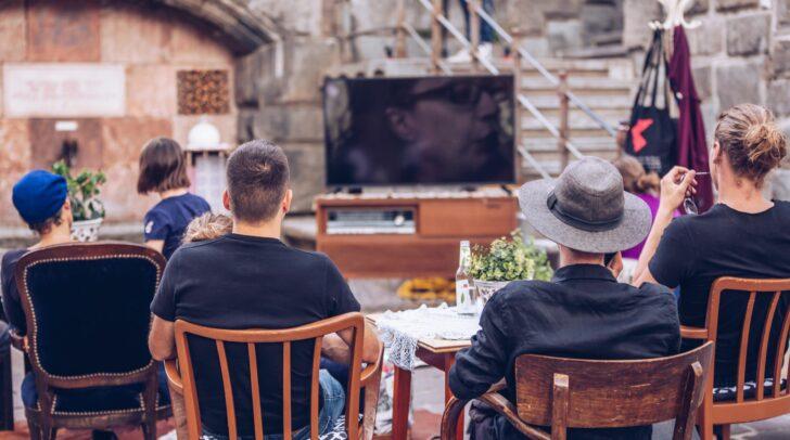 Die Villacher Innenstadt lädt am Mittwoch wieder zur Shopping Night mit Wohnzimmerkonzerten und Kurzfilmen in den Gastgärten.
