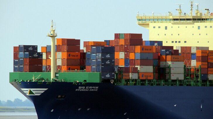 Schwere Schiffe sollen in Zukunft beim Beladen im Hafen autonom von Robotern gewartet und gesäubert werden.