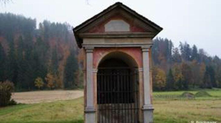 """Aus dieser Nischenkapelle wurde die antike Steintafel """"Büsten zweier Knaben"""