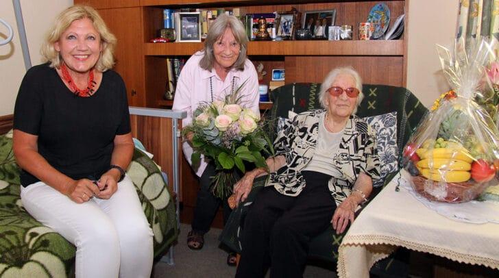 Die Jubilarin Auguste Erfurt mit Tochter Waltraud und Gratulantin Bürgermeisterin Dr. Maria-Luise Mathiaschitz