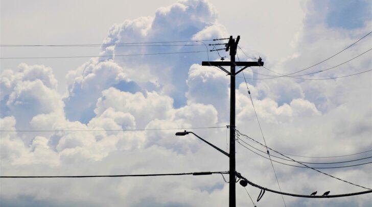 Als die Stromleitung aus der Verankerung gerissen wurde, war gerade ein PKW auf der Straße darunter unterwegs.