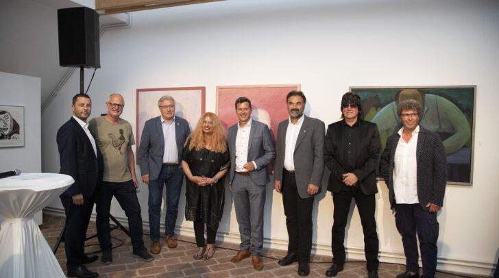 Am Bild: StR Johann Rigelnik, Arthur Ottowitz, Bgm Stefan Visotschnig, Marietta Deix, LR Daniel Fellner, StR Markus Trampusch, Gottfried Helnwein und Harald Schleicher.
