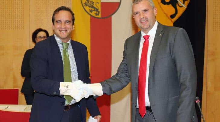 Bürgermeister Hannes Primus rechts) wurde von Bezirkshauptmann Georg Fejan angelobt.