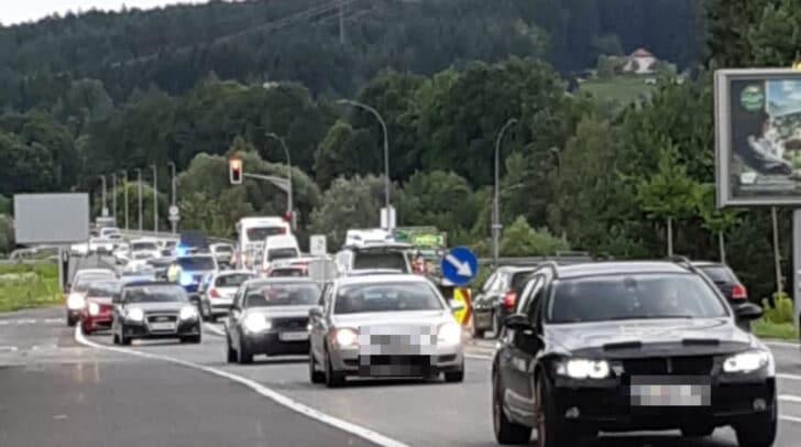 Aktuell staut es sich in der Maria-Gailer-Straße nach einem Verkehrsunfall.