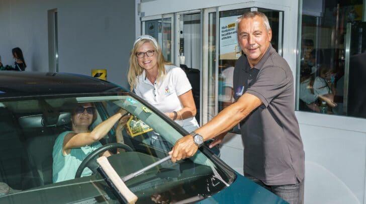 Ronald McDonald Kinderhilfe Vorstand Karin Schmidt mit<br /></noscript>dem ehemaligen österreichischen Fußballspieler Peter<br />Pacult