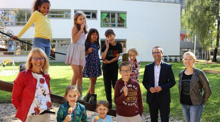 Andrea Koss (pädagogische Leiterin der städtischen Kindergärten), Bildungsreferent Franz Petritz und Kathrin Jordan (stellvertretende Leiterin vom Kindergarten in der Feldkirchnerstraße) mit Mädchen und Buben vom Sommerkindergarten.