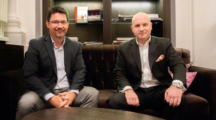 Setzt sich sehr für junge Menschen ein: Florian Koschat, Investmentbanker und CEO von PALLAS CAPITAL, (re), im Bild mit Caritasdirektor Ernst Sandriesser