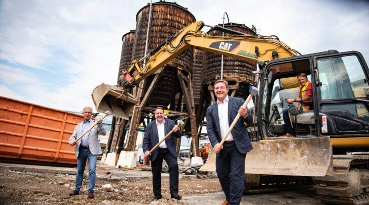 Die Bauarbeiten für die neue Eishalle in Villach haben angefangen. Am Bild v.l.: Stadtrat Harald Sobe (SPÖ), Stadtrat Erwin Baumann (FPÖ) und Bürgermeister Günther Albel (SPÖ).