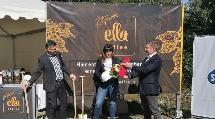 Bürgermeister Günther Albel (r.) ist stolz auf diese Millioneninvestition am Standort Villach und wünscht Miki Aleksic (l.) und seiner Frau (m.) viel Erfolg.