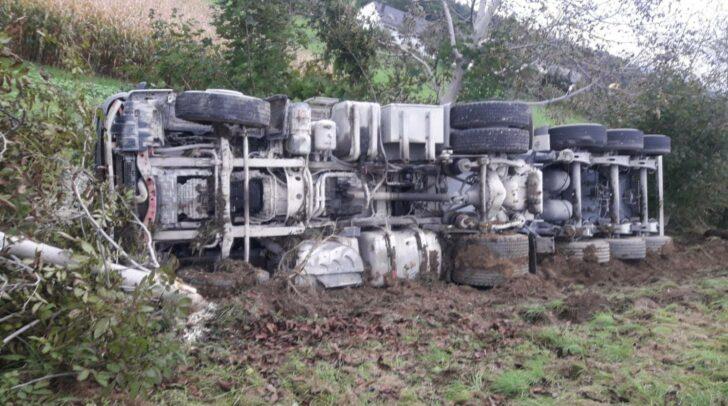 Aus bisher unbekannter Ursache kam der LKW von der Fahrbahn ab und stürzte über die Böschung.