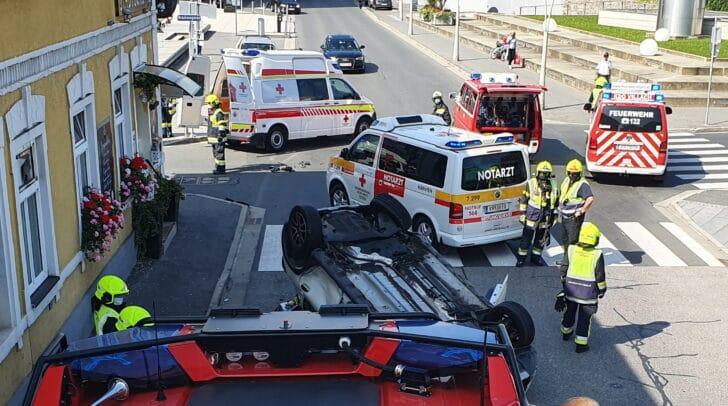 Ein PKW kam bei dem Unfall in der Villacher Innenstadt am Dach zum Liegen.