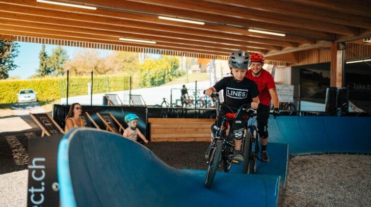 Überaus gefragt und beliebt bei Familien mit Kindern: Der neue mobile und überdachte Mountainbike-Pumptrack mit Trendsportanlage und Radverleih in Drobollach am Faaker See.