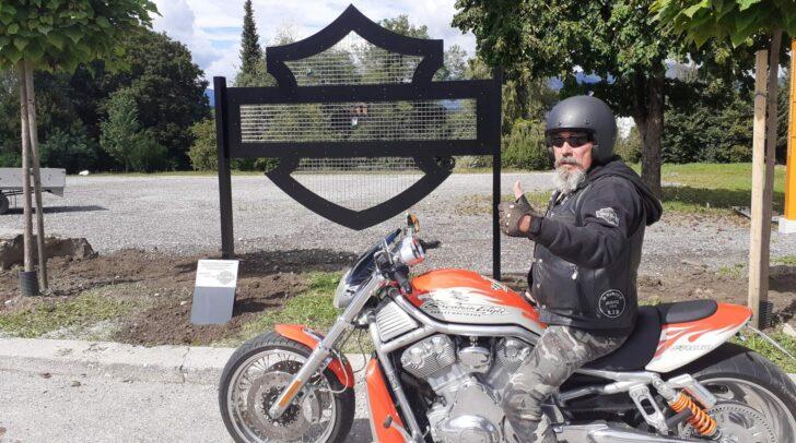 Die neue Skulptur wurde dem bekannten Harley Davidson Logo nachempfunden.