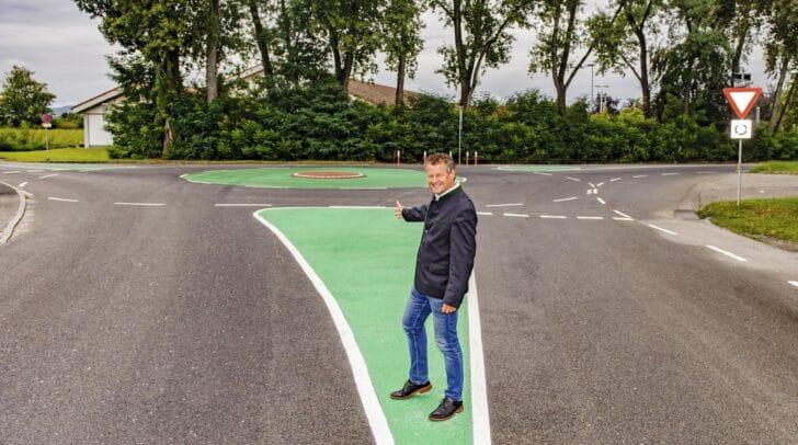Straßenbau- und Verkehrsreferent Stadtrat Christian Scheider beim neuen Mini-Kreisverkehr in der Boltzmannstraße / Ecke Stadlweg